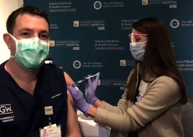 조지 워싱턴대 병원의 제임스 필립스 의사가 CNN 생방송으로 백신을 접종하는 모습. /CNN 홈페이지
