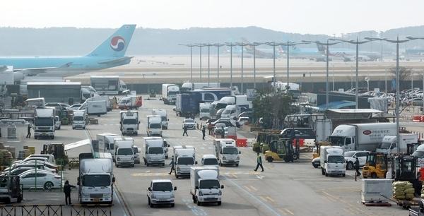 지난 1일 수출 화물 운송 차량이 인천국제공항 화물터미널에 도착하고 있다. /연합뉴스
