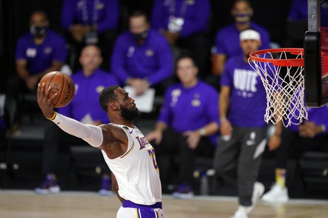LA 레이커스 르브론 제임스는 2020-2021시즌 대비 첫 시범경기 피닉스 선스전에서 15분 동안 11득점을 기록했다. AP연합뉴스