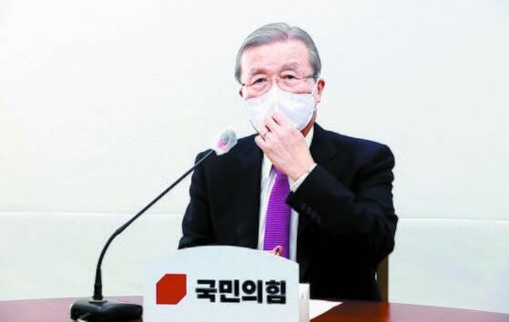 김종인 국민의힘 비상대책위원장이 16일 오전 윤석열 검찰총장 정직 징계에 대한 입장을 발표하고 있다. 오종택 기자