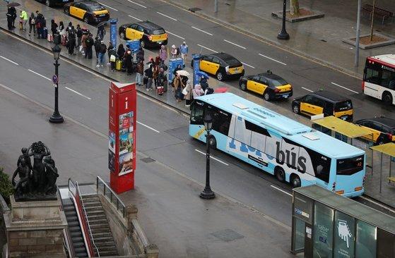지난 3월 스페인 바르셀로나 시내에서 시민들이 버스를 기다리고 있다. 로이터=연합뉴스
