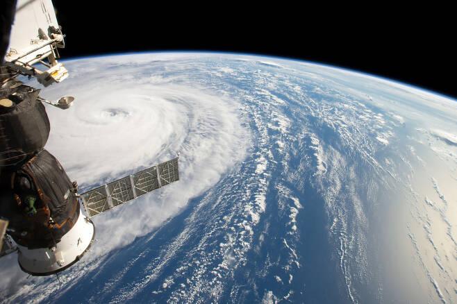 우주정거장에서 바라본 태풍의 모습.[NASA 제공]