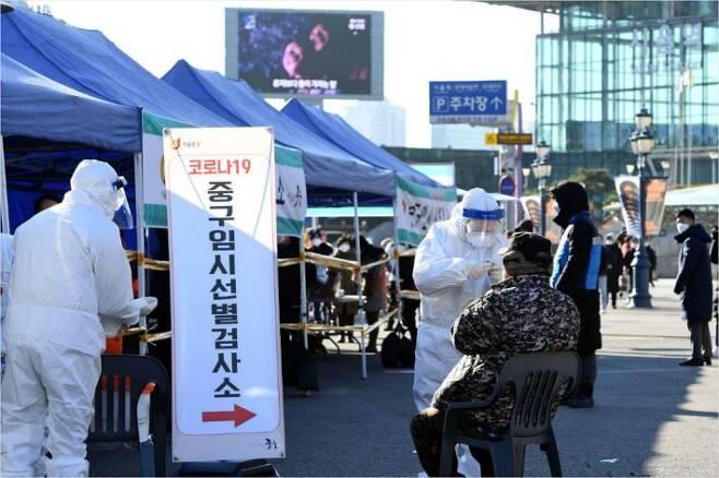 정부가 코로나19 확산에 대응해 대규모 선제 진단검사를 실시하기 위해 수도권 150여곳에 임시선별진료소 운영을 시작한 14일 오전 서울역 광장에 마련된 중구 임시선별진료소에서 시민들이 검사를 받고 있다. 황진환기자