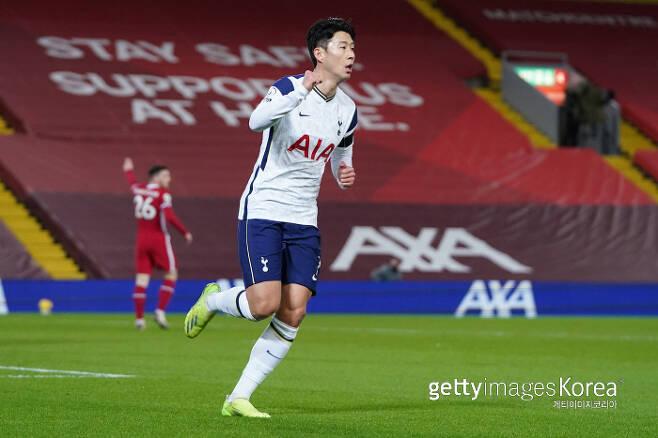 손흥민이 리버풀을 상대로 리그 11호골을 터뜨린 뒤 세리머니를 펼치고 있다. 게티이미지코리아