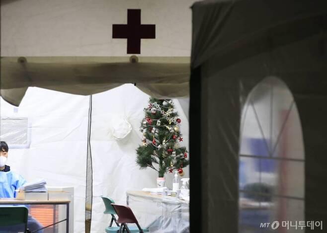 [서울-뉴시스] 박민석 기자 = 크리스마스트리가 14일 오후 서울 용산구 용산구보건소에 마련된 코로나19 선별진료소에 설치돼 있다. 2020.12.14. mspark@newsis.com