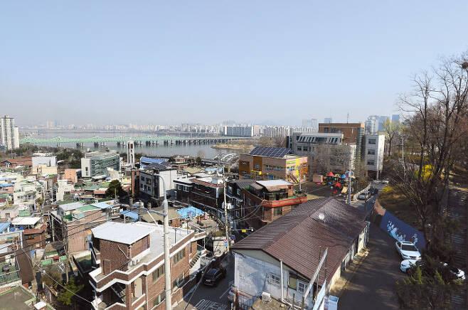 내년도 표준 단독주택 예정 공시가격이 공개된 가운데 서울에서 동작구가 올해에 이어 가장 많이 오른 지역으로 나타났다. 사진은 서울 동작구 본동 주택가 전경. [헤럴드경제DB]
