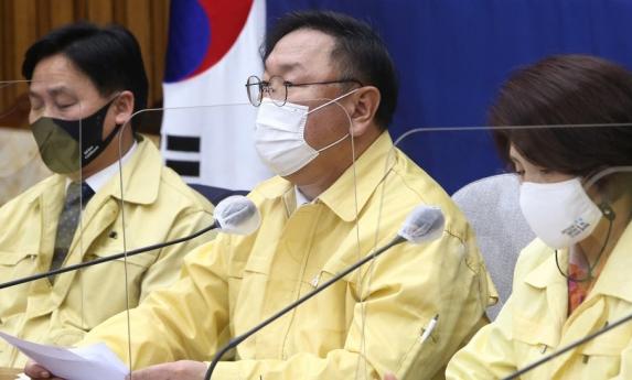 더불어민주당 김태년 원내대표가 17일 국회에서 열린 정책조정회의에서 발언하고 있다. 연합뉴스