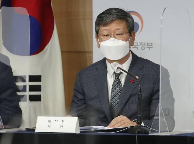 이용구 법무부 차관이 16일 오전 서울 종로구 정부서울청사에서 공정경제 3법 합동 브리핑을 하고 있다.뉴시스