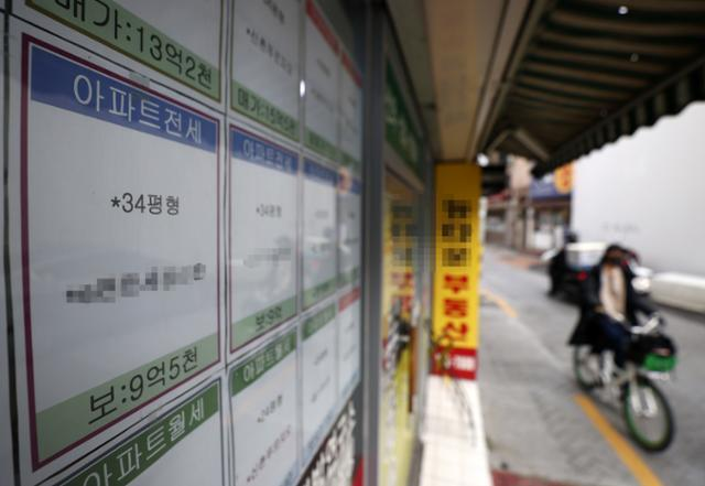 지난 1일 오후 전·월세, 매매 안내문이 게재된 서울의 한 부동산 모습. 연합뉴스