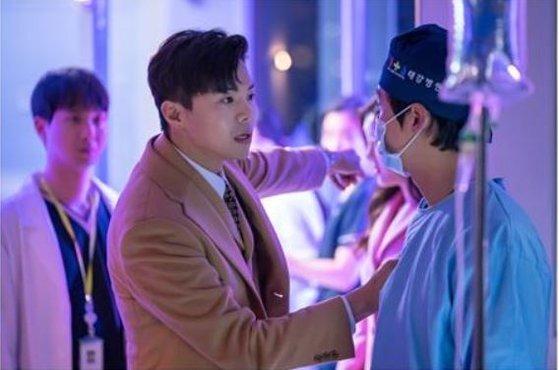 '닥터 프리즈너'에서 재벌 2세 이재환 역으로 의사 나이제(남궁민)에게 분풀이하는 모습. [사진 KBS]