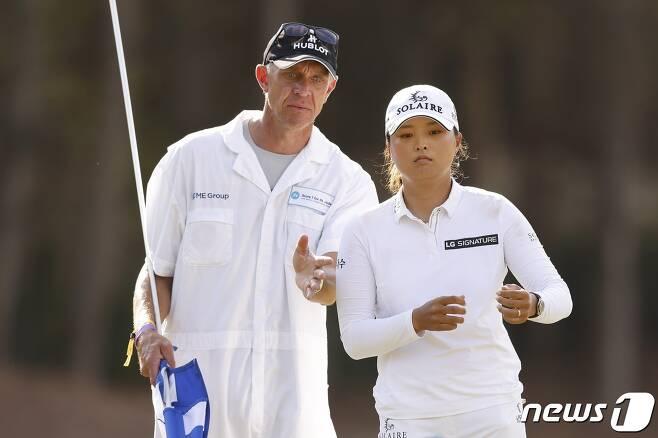 고진영과 캐디 데이브 브루커. © AFP=뉴스1
