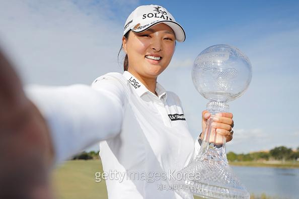 고진영이 CME 그룹 투어 챔피언십서 우승한 뒤 트로피를 들며 환하게 웃고있다. [게티이미지]