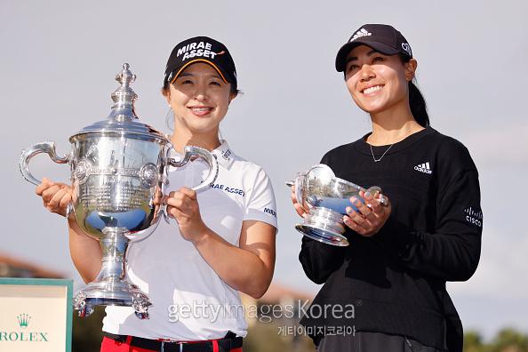 올해의 선수상을 수상한 김세영(왼쪽)과 베어트로피 수상자 대니얼 강이 트로피를 들고 환하게 웃고 있다. [게티이미지]