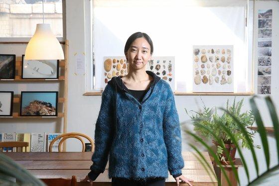 장한나 작가가 16일 '뉴락' 전시가 열리고 있는 서울 연희동 '보틀라운지'에서 인터뷰하고 있다. 우상조 기자
