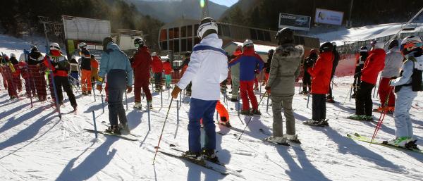 강원도 평창의 한 스키장에서 21일 스키어들이 리프트를 타기 위해 길게 줄지어 대기하고 있다. 이 스키장은 최근 코로나19 확진자가 발생하면서 임시 휴장했지만 재개장 이후 연일 인파가 몰리고 있는 실정이다. 연합뉴스