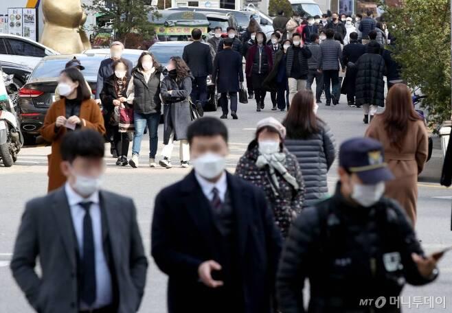[서울=뉴시스]김병문 기자 = 수도권 사회적 거리두기 2단계 격상에도 신종 코로나바이러스 감염증(코로나19) 확진자 수가 300명대를 기록한 25일 점심시간 서울 여의도 식당가가 직장인들로 붐비고 있다. 2020.11.25.   dadazon@newsis.com