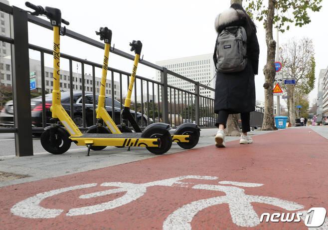 9일 서울 서초역 인근에 공유형 전동킥보드가 주차되어 있다. 오는 10일 개정된 도로교통법과 자전거 이용 활성화에 관한 법률이 적용되면서 자전거도로에서 전동킥보드 등 개인형 이동장치(PM)도 통행할 수 있다. 2020.12.9/뉴스1 © News1 이동해 기자