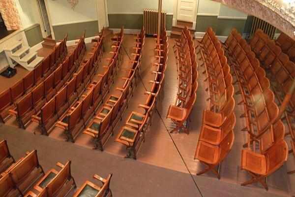 바닥에 국경선이 있는 오페라 하우스 내부. [사진 출처 = http://www.clui.org]