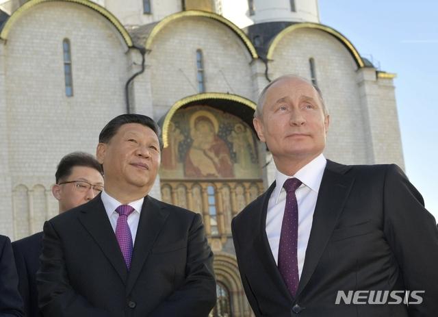 【모스크바=AP/뉴시스】러시아를 국빈 방문 중인 시진핑(왼쪽) 중국 국가주석이 블라디미르 푸틴 러시아 대통령과 함께 5일(현지시간) 모스크바 크렘린궁에서 산책하고 있다.  두 정상은 북한의 비핵화와 군축 분야에서의 협력 지속과 무역 문제로 대립하는 도널드 트럼프 미국 정부를 견제했다.시 주석은 오는 7일까지 러시아에 머물며, 상트페테르부르크에서 열리는 국제회의에 참석해 기조연설을 한다. 2019.06.06.