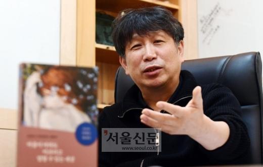 정신질환자와 함께 사는 세상을 만들자는 주장이 담긴 책 '마음이 아파도 아프다고 말할 수 있는 세상'(한길사)을 출간한 정신과 의사 안병은씨가 입원 치료의 맹점을 설명하고 있다.박윤슬 기자 seul@seoul.co.kr