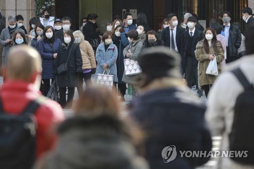 (도쿄 AP=연합뉴스) 22일 도쿄 긴자(銀座)의 횡단보도 앞에서 신호가 바뀌기를 기다리는 마스크 쓴 행인들.