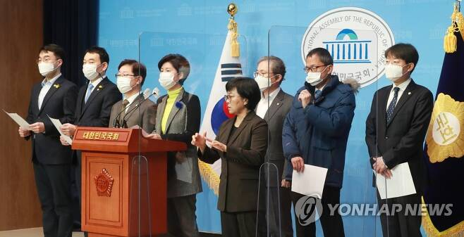 기자회견하는 민주당 법사위 위원 [연합뉴스 자료사진]