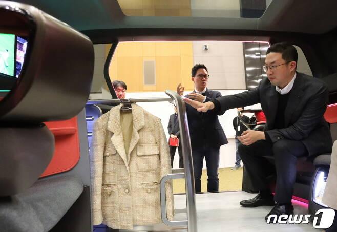 구광모 LG 대표가 지난 17일 오후 서울 서초구 LG전자 디자인경영센터를 방문, 미래형 커넥티드카 내부에 설치된 의류관리기의 고객편의성 디자인을 살펴보고 있다. (LG전자 제공) 2020.2.18/뉴스1