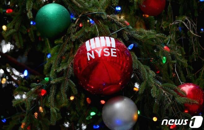 뉴욕증권거래소(NYSE)라고 적힌 크리스마스 트리 장식볼/AFP=뉴스1