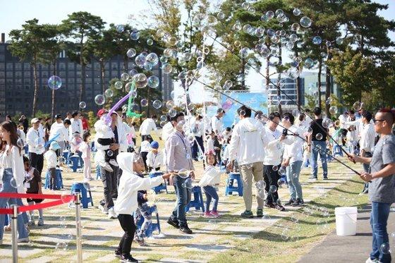 보건복지부가 운영 중인 '전국 100인의 아빠단'의 2019년 남산걷기대회 행사. 100인의 아빠단은 자녀 육아에 적극적으로 참여하는 아빠들의 모임이다. 보건복지부 제공