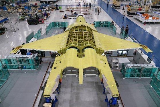 한국항공우주산업이 조립하고 있는 한국형전투기(KF-X) 시제 1호기. [방위사업청]