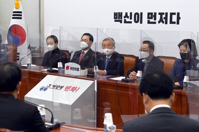 김종인 국민의힘 비상대책위원장이 24일 국회에서 열린 비상대책위원회의에서 발언하고 있다. 박해묵 기자