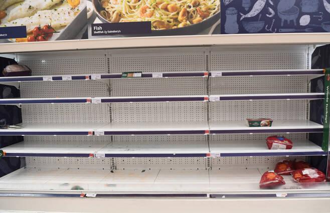 12월22일(현지 시각) 변종 코로나19의 확산으로 우려가 커지는 영국 런던의 한 슈퍼마켓 식품 진열대가 거의 비어 있다. ⓒ EPA·연합뉴스