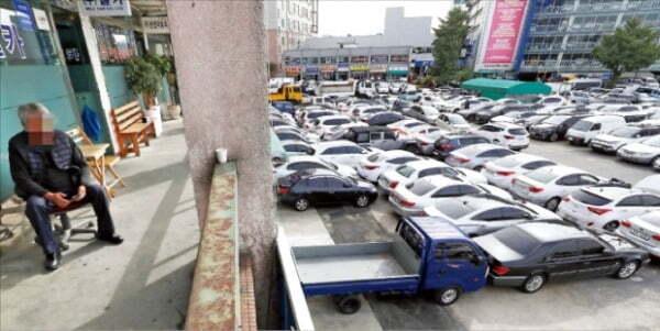 국산 완성차 업체들은 중고차를 직접 판매할 수 없다. 서울 장한평 중고차 시장. 수입 중고차 전시장에 비해 상대적으로 낙후된 모습이다.   연합뉴스