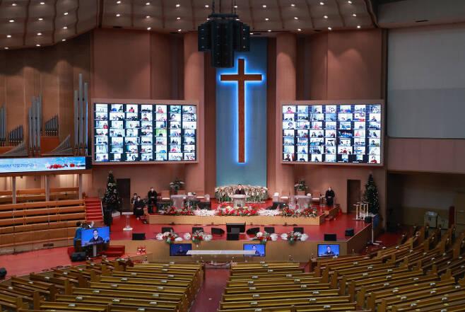 성탄절인 25일 서울 여의도순복음교회 대성전에서 비대면 온라인 성탄  예배가 거행되고 있다. 연합뉴스