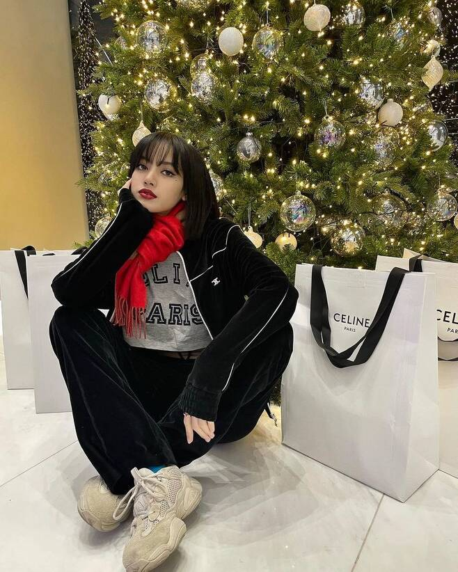 BLACKPINK Lisa Boat boasted Luxury The Gift.Lisa Boatet posted three photos to her Instagram on December 25 with the caption GIFTS FROM SANTA.In the photo, Lisa Boatet poses in front of a Christmas tree and shopping bag from a Luxury brand.  Lisa Boatets diverse appeals range from beautiful expressions to those that delight in the world.The slim body, revealed in a casual cropped tea, also catches the eye.Meanwhile, Lisa Boatets group BLACKPINK released their first regular album The Album in October and was much loved for their title track Lovesick Girls
