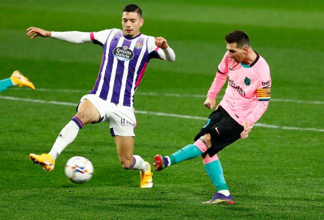 바르셀로나의 리오넬 메시(오른쪽)가 지난 23일 스페인 프리메라리가 바야돌리드전에서 단일클럽 최다득점인 644번째 골을 넣고 있다. /바야돌리드=로이터연합뉴스