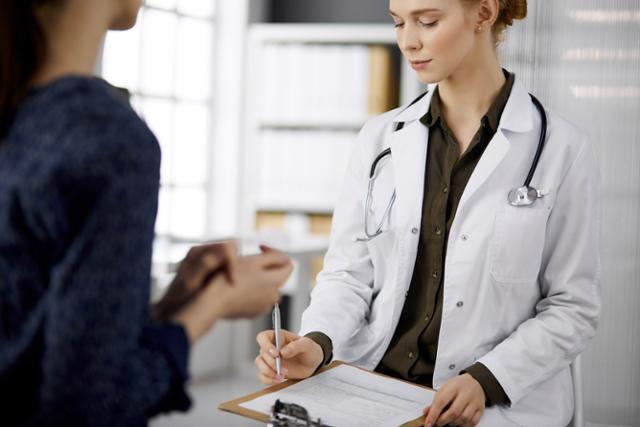 의사를 직접 찾아가 영업을 하고 헌혈, 의료봉사 등 사회공헌 활동까지 대면 방식 의존도가 높았던 제약기업들이 기업 활동을 온라인으로 빠르게 전환하고 있다. 게티이미지뱅크