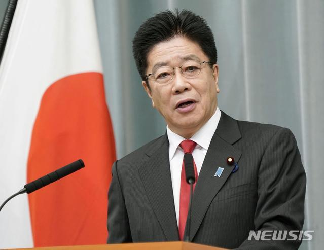 [도쿄=AP/뉴시스]지난 10월 26일 가토 가쓰노부 일본 관방장관이 총리 관저에서 기자회견을 가지고 있다. 2020.10.28.