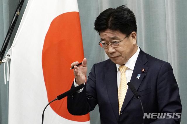 [도쿄=AP/뉴시스]지난 9월 16일 스가 요시히데 일본 내각이 새롭게 출범한 가운데 가토 가쓰노부 신임 관방장관이 기자회견을 가지고 있다. 2020.09.18.