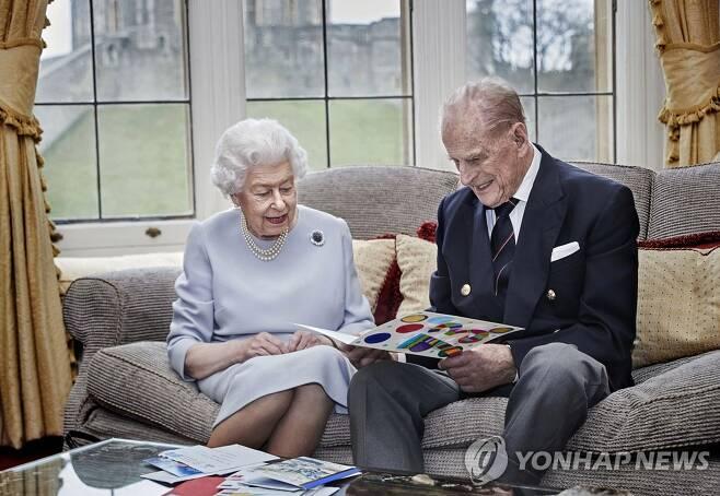 결혼 73주년 앞둔 엘리자베스 2세 영국 여왕 (윈저 AP=연합뉴스) 엘리자베스 2세 영국 영왕이 결혼 73주년을 앞둔 지난달 17일(현지시간) 윈저궁 오크룸에서 부군인 필립공과 함께 증손인 조지 왕자와 루이스 왕자, 샬럿 공주가 직접 만든 축하카드를 살펴보고 있다.  여왕은 1947년 11월20일 런던의 웨스트민스터 대사원에서 결혼식을 올렸다. [영국 왕실 제공. 재판매 및 DB 금지] jsmoon@yna.co.kr