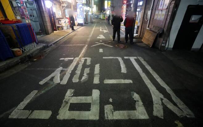 서울시 등 수도권 '5인 이상 집합금지' 행정명령이 시행된 지난 23일 오후 서울 중구 을지로 노가리 골목이 한산한 모습을 보이고 있다. /사진=뉴시스
