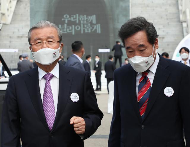 지난해 10월 3일 이낙연(오른쪽) 더불어민주당 대표와 김종인 국민의힘 비상대책위원장이 개천절 경축식 행사가 끝난 후 나란히 걸어가고 있다. 뉴시스