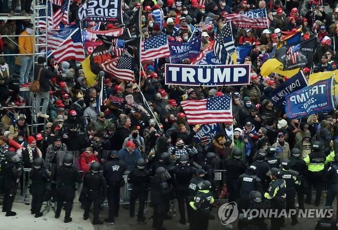 의사당 몰려온 트럼프 지지자들 [AFP=연합뉴스]