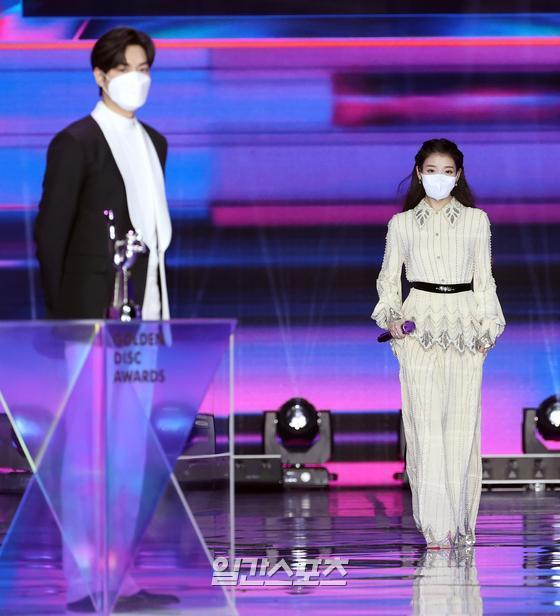 Singer IU is appearing on stage in the 35th 2021 Golden Disk Awards with Curaprox digital music category held at KINTEX in Goyang-dong, Goyang-si, Gyeonggi-do on the afternoon of the 9th, greeting actor Lee Min-ho, who called his name as a prize winner, on the grand prize of glory.35th 2021 Golden Disk Awards with Curaprox will be broadcast on JTBC? JTBC2? JTBC4.