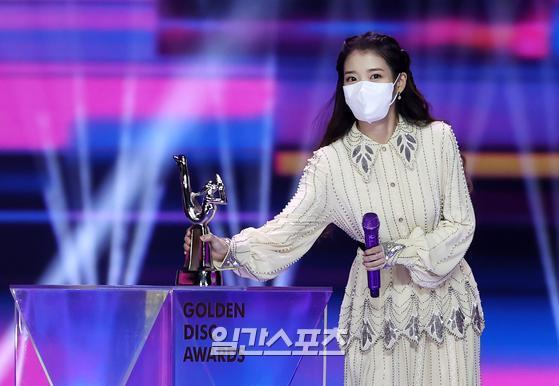 IU is giving a feeling after winning the Digital Soundtrack Grand Prize in the 35th 2021 Golden Disk Awards with Curaprox digital soundtrack category held at KINTEX in Daehwa-dong, Goyang-si, Gyeonggi-do on the afternoon of the 9th.35th 2021 Golden Disk Awards with Curaprox will be broadcast on JTBC, JTBC2 and JTBC4.