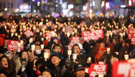 지난 2016년 11월 서울 광화문 광장에 박근혜 당시 대통령 탄핵 집회에 모인 시민들이 촛불을 들고 탄핵을 외치고 있다. [이미지출처=연합뉴스]