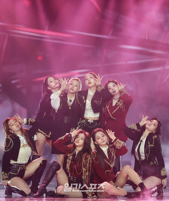 Group TWICE is performing a celebration after winning the main prize in the record category of 35th 2021 Golden Disk Awards with Curaprox held at KINTEX in Goyang-dong, Goyang-si, Gyonggi Province on the afternoon of the 10th.35th 2021 Golden Disk Awards with Curaprox will be broadcast on JTBC, JTBC2, and JTBC4.01. 10/