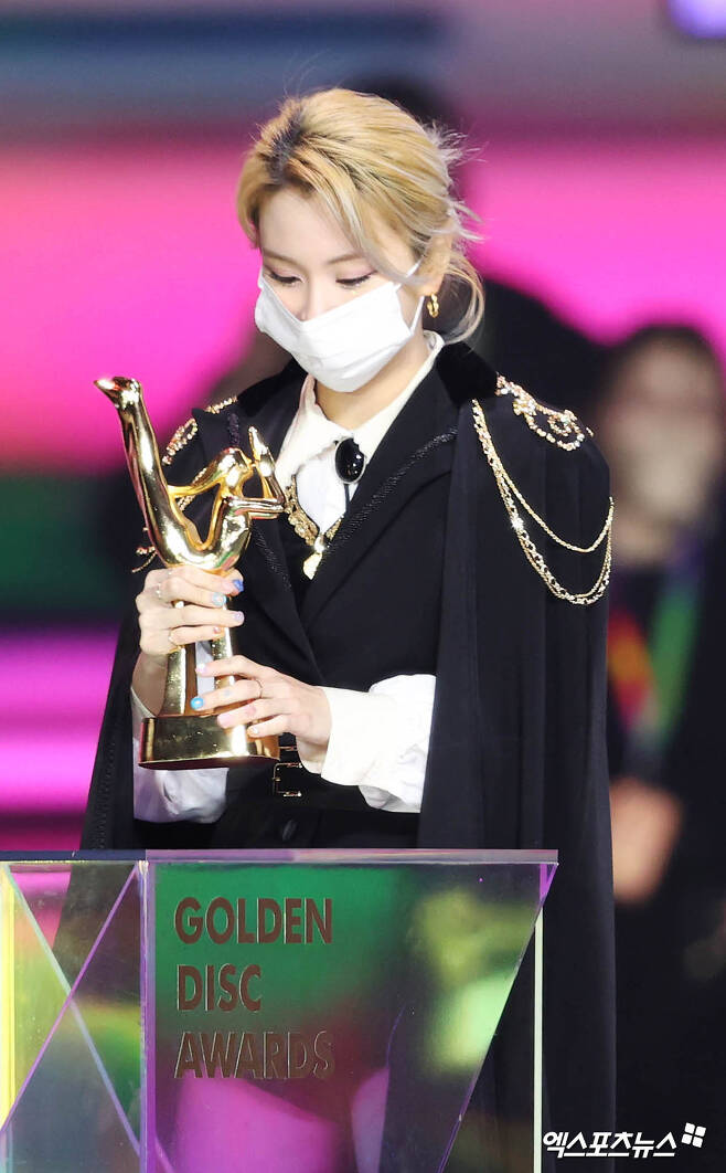 TWICE, a group that attended the awards ceremony for the 35th Golden Disk Awards with Curaprox record category, which was held at Goyang Kintex in Gyonggi Province on the afternoon of the 10th, is expressing his feelings after winning the record title.