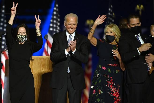 조 바이든(왼쪽 둘째) 미 대통령 당선인이 지난해 11월 7일 델라웨어주 윌밍턴에서 지지자들을 상대로 승리 선언을 하고 있다. 왼쪽부터 딸 애슐리, 바이든 당선인, 질 바이든 여사, 아들 헌터 바이든. /AFP 연합뉴스