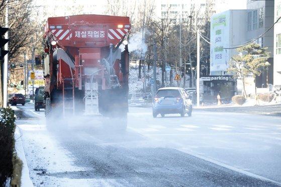 7일 오전 서울 양천구 목동 일대에서 제설차량이 얼어붙은 빙판길을 정비하고 있다. [뉴스1]